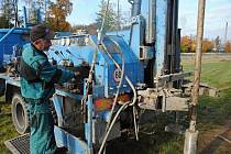 Pracovníci odborné firmy provádějí geotechnický průzkum budoucího úseku silnice I/57 od valašskomeziříčské místní části Bynina po výjezd do Jarcové, známého také jako západní obchvat města; říjen 2019