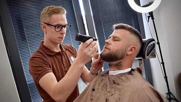 Osmadvacetiletý Patrik Rada (vlevo) zakládal před třemi lety ryze pánské holičství Wallachian Barber Shop ve Valašském Meziříčí. Dnes má pobočky také v Rožnově pod Radhoštěm a Vsetíně.