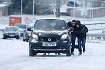 Studenti Střední odborné školy Josefa Sousedíka pomohli na stáži v Anglii motoristům při sněhové kalamitě.