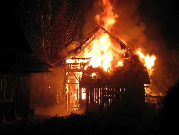 Blesk zapálil v Leskovci stodolu. Lehla popelem