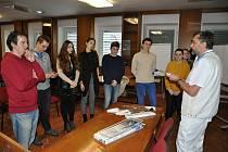 Středoškolští studenti zapojení do projektu Valašský Medik Klub organizovaného Vsetínskou nemocnicí naslouchají výkladu primáře chirurgického oddělení nemocnice Radima Slováčka (vpravo).