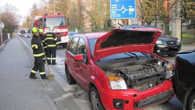 Ve Valašském Meziříčí hromadně bourala čtyři auta.