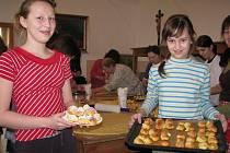Ženy a dívky pekly na farě v Kelči misijní koláčky