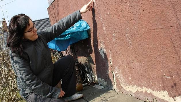 Šestadvacetiletá Lenka Surovcová je přesvědčena, že za praskání zdí může přetížená silnice.