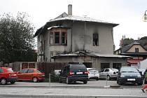 V úterý 12. září zasahovali hasiči u požáru dlouhodobě neobydlené budovy bývalého mlýna s pekárnou na ulici Čechova v Rožnově pod Radhoštěm. Požár vznikl vznícením odpadků, které tam shromažďují bezdomovci.