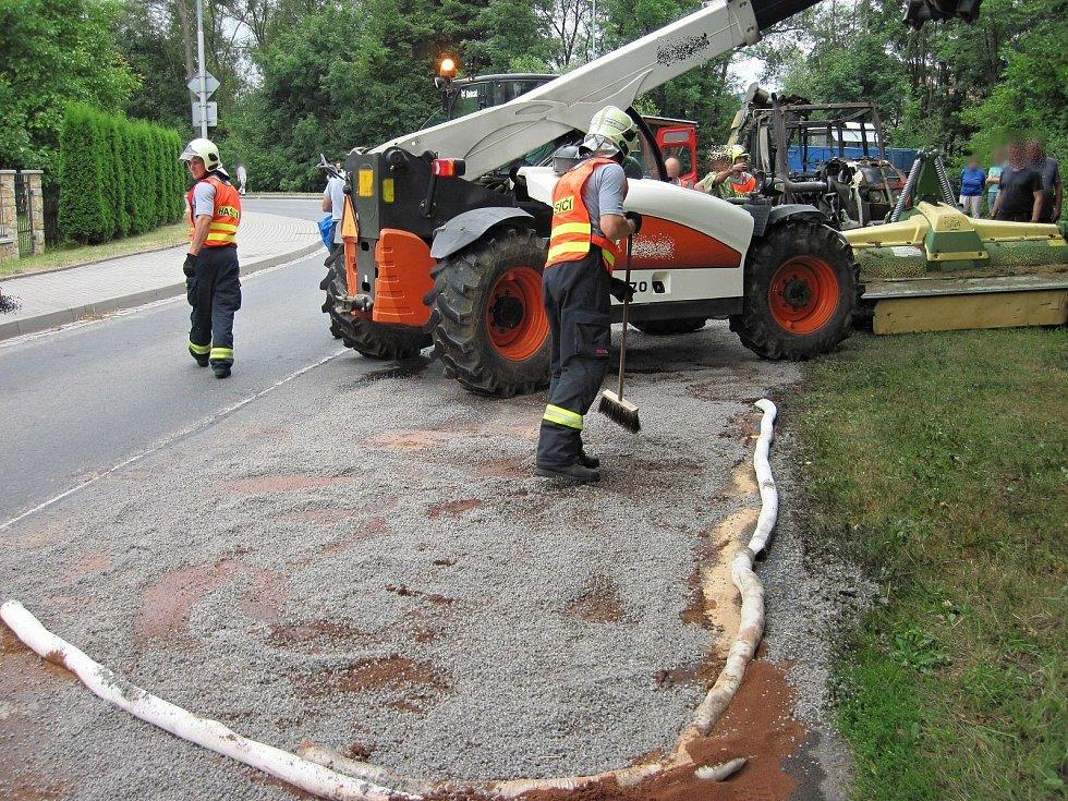 Hasiči likvidují požár traktoru a únik nafty v rožnovské místní části Hážovice; úterý 23. července 2019