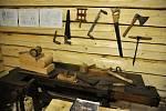 Tesařské nástroje používané při obnově vyhořelé chaty Libušín na Pustevnách cestou takzvané vědecké rekonstrukce; Valašské muzeum v přírodě v Rožnově, Sušák, 1. patro, srpen 2020