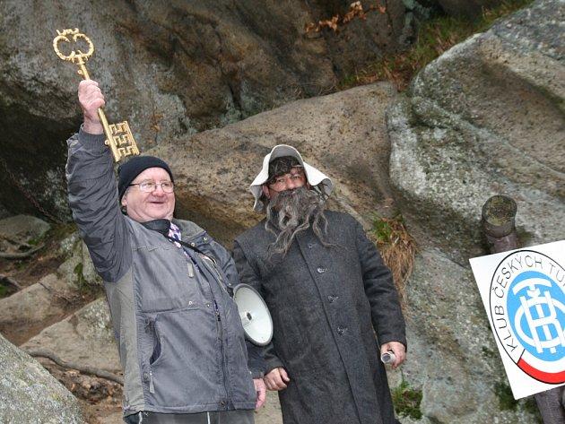 Od zahájení sezony na Pulčinských skalách neodradilo turisty ani nepříznivé počasí.