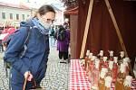 První farmářské trhy po uvolnění vládních omezení se uskutečnily ve Vsetíně v sobotu 16. května 2020. Tradiční návštěvnicí trhů je i Veronika Klimešová ze Vsetína.
