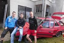 Deset tisíc kilometrů projeli třiadvacet let starou Škodou Forman. Nyní auto skončilo ve šrotu.