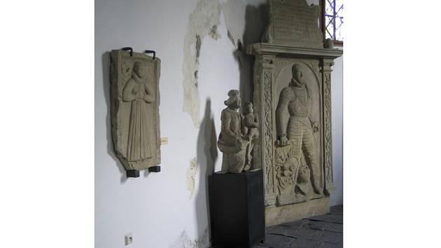 Renesanční figurální náhrobky Mandaleny (†1584) a Jana (†1585) Žernovských z Žernoví v Lapidáriu Trojice ve Valašském Meziříčí.