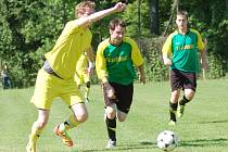 Fotbalisté Kladerub (žluté dresy) překvapivě doma jen remízovali s Jasenicí 3:3.