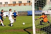 Fotbalisté FC Vsetín (bílé dresy) zvládli důležitý zápas proti Ostrožské Nové Vsi a zvítězili 2:0 brankami Nikoléna a Čumy.