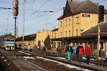 Vsetínské vlakové nádraží čeká na rekonstrukci již řadu let. Snad se zablýskalo na lepší časy a cestující se během několika let dočkají nejen moderní výpravní budovy. Podstatnou změnou podle záměru projdou i jednotlivá nástupiště.