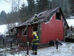 Požár chaty ve Velkých Karlovicích.