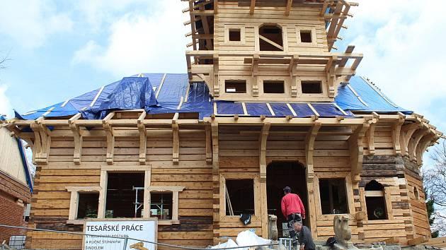 Obnova chaty Libušín na Pustevnách. Hrubá stavba byla dokončená v polovině dubna 2018. Foto z 24. dubna 2018.