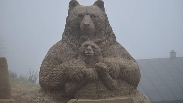 Sochy z písku na Pustevnách. Jejich výroba trvala týden. Na Pustevnách by měly stát až do konce prázdnin. Na tvorbu medvěda bylo potřeba 18 tun písku.
