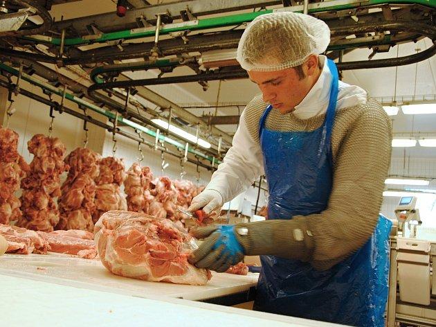 Řezničtí učni v úterý 10. dubna 2018 bourají maso na výrobní lince valašskomeziříčské firmy MP Krásno. Do 12. ročníku soutěže odborných dovedností oboru Řezník - uzenář na Integrované střední škole - Centru odborné přípravy ve Valašském Meziříčí se ve dne