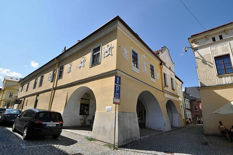 Valašské Meziříčí - Dům U Apoštolů na meziříčském náměstí je příkladem barokního měšťanského domu ze začátku 17. století
