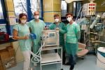 Tým oddělení anesteziologicko-resuscitačního oddělení Nemocnice AGEL Valašské Meziříčí si přebírá ventilátor CoroVent.