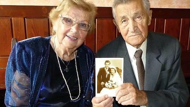 Manželé Vlasta a Bohumil Výchopňovi ze Vsetína oslavili letos v září platinovou svatbu, tedy sedmdesát let společného života.
