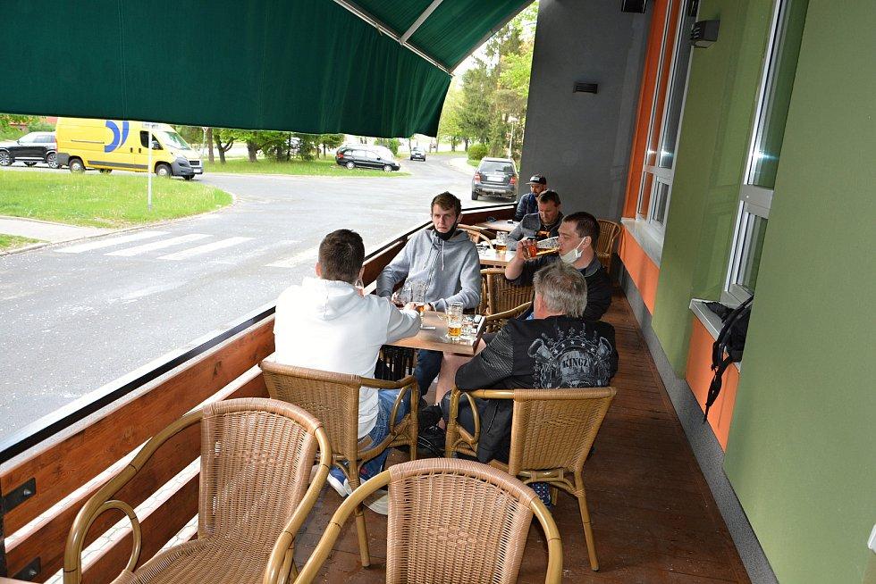 Vsetínské restaurace otevřely zahrádky. Posezení si užívali hosté v sídlišti Ohrada. S rouškou pod bradou Břetislav Černota.