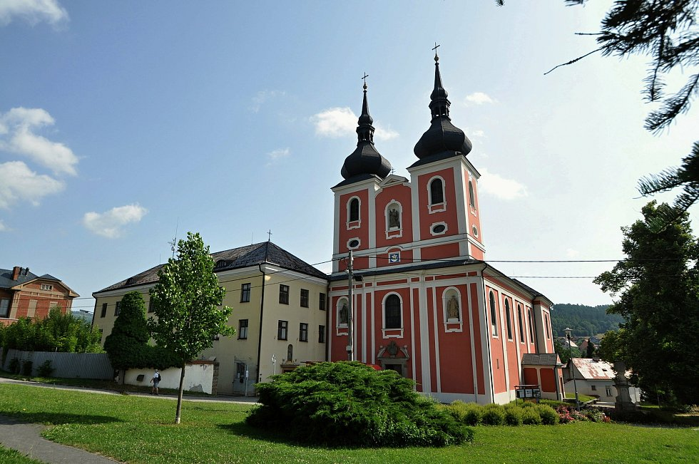 Zašová - poutní kostel Navštívení Panny Marie v Zašové a budova bývalého trinitářského kláštera