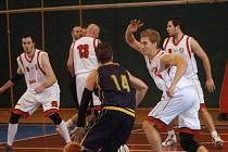 Basketbalisté KK Valašské Meziříčí (bílé dresy).
