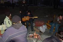 Pod nadjezdem ve Vsetíně žije skupinka asi deseti squatterů. Městská policie je prý chodí kontrolovat jednou až dvakrát denně.