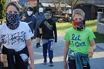 Tradiční obchůzka klapotářů v Kladerubech na Valašsku. Tentokrát kvůli koronaviru v menších skupinkách a s nezbytnými ochrannými rouškami. (9. dubna 2020)