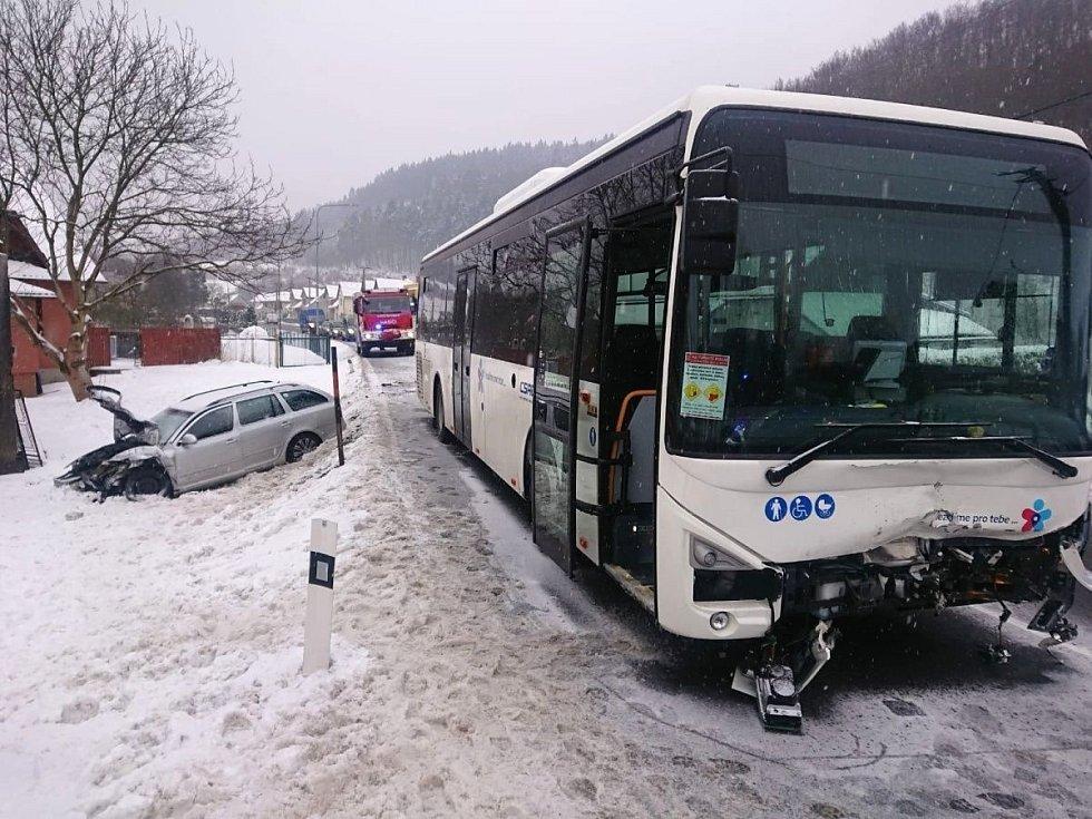Srážka octavie a autobusu v Lužné na Vsetínsku, 17. 2. 2021