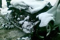 V rožnovské místní části Horní paseky se ve čtvrtek 12. března srazil vůz Mercedes AMG s vozem Ssangyong Kyron.