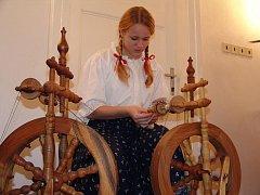 V Zámku Kinských se konala ukázka starých textilních technik.