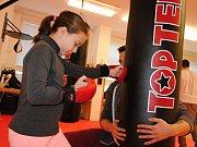 V meziříčském Domečku otevřeli sál bojových sportů. Zatím mohou lidé využívat dva pytle na údery a kopy, hrušku na procvičování dynamiky a rychlosti a reakční míče, to všechno na tatami. Přibudou i další pytle, hrazdy a činky.