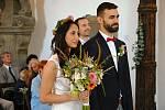Svatba snoubenců Vratislava Koppa a Nikoly Nguyenové v kostelíku svaté Trojice ve Valašském Meziříčí. Jde o první svatební obřad ve svatostánku v jeho novodobé historii; sobota 8. srpna 2020