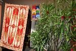 Výstava dek, přehozů, polštářů, kabelek nebo peněženek vytvořených technikou patchworku v podloubí zámku Žerotínů ve Valašském Meziříčí; pátek 16. srpna 2019