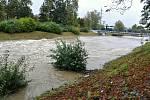 Rozvodněná řeka Bečva ve Valašském Meziříčí; středa 14. října 2020