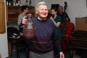 Dlouholetý člen vsetínského folklorního souboru Vsacan Miroslav Ekart oslavil 90 let. Pogratulovali mu členové souboru a hejtman mu předal záslužné vyznamenání Zlínského kraje.