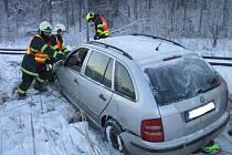 Bez zranění osob a úniku provozních kapalin skončila v sobotu dopoledne v Karolince jízda osobního vozidla značky Škoda Fabia.
