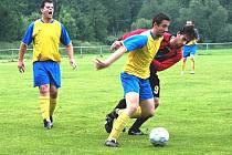 Fotbalisté Hrachovce (žluté dresy) svůj boj o záchranu nevzdávají. V sobotním zápase porazili v derby utkání Juřinku (tmavé dresy) vysoko 5:0 a jejich naděje ještě žije.
