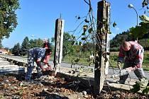 Stavební dělníci demolují více než půlkilometru dlouhou zeď lemující bývalý armádní velkosklad v Halenkově.