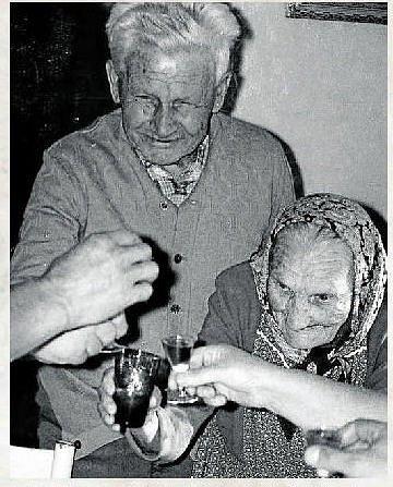 NA ZDRAVÍ. V Kateřinicích k sobě lidé měli vždycky blízko a kromě práce si našli čas i na společně strávené chvilky. Na snímku manželé Staňkovi.