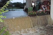 Bouřka provázená vydatným deštěm zasáhla v pondělí v podvečerních hodinách také část Vsetínska a Valašskokloboucko. Snímky jsou z Valašských Klobouk.