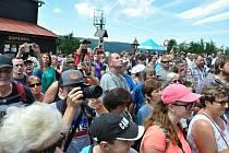 Lidé sledují program spojený se slavnostním otevřením obnovené chaty Libušín na Pustevnách v Beskydech; čtvrtek 30. července 2020
