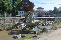 Pracovníci Povodí Moravy opravují koryto Hážovického potoka v Rožnově pod Radhoštěm, které zničila blesková povodeň z konce května 2019.