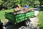 Pracovníci Valašského muzea v přírodě v Rožnově pod Radhoštěm odvážejí poškozené dřevěné prvky původního dřevěného koryta náhonu, který přivádí vodu k objektu pily z Velkých Karlovic v areálu Mlýnské doliny; pondělí 18. května 2020.