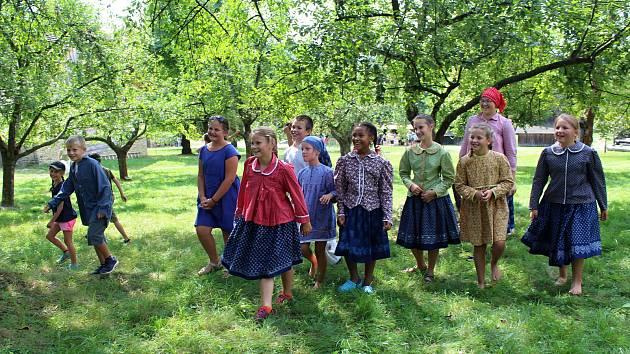 Stovky dětí si v sobotu 18. srpna 2018 užily zábavný program Hravá dědina, který se uskutečnil ve Valašské dědině Valašského muzea v přírodě v Rožnově pod Radhoštěm. Děti měly možnost zahrát si hry, kterými se bavili jejich předci.