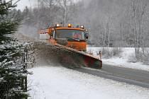 Silničáři na Valašsku nasadili do boje se sněhem všech jedenáct sypačů a sedm traktorových radlic.