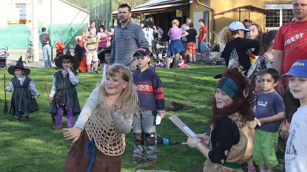 Ve Valašské Polance se konal už třetí slet čarodějnic. Ty připravily pro místní děti zábavné odpoledne plné her.