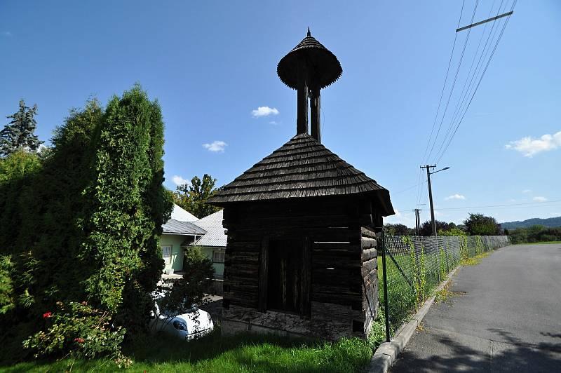 Vidče - roubená zvonička z 18. století stojící v sousedství kostela v centru Vidče je nejstarší památkou v obci. Dodnes je v ní zvon z roku 1775 údajně zhotovený ze železa, které v zuberských hamrech vyráběli z rudy vytěžené na kopci Svatoňku ve Vidči.